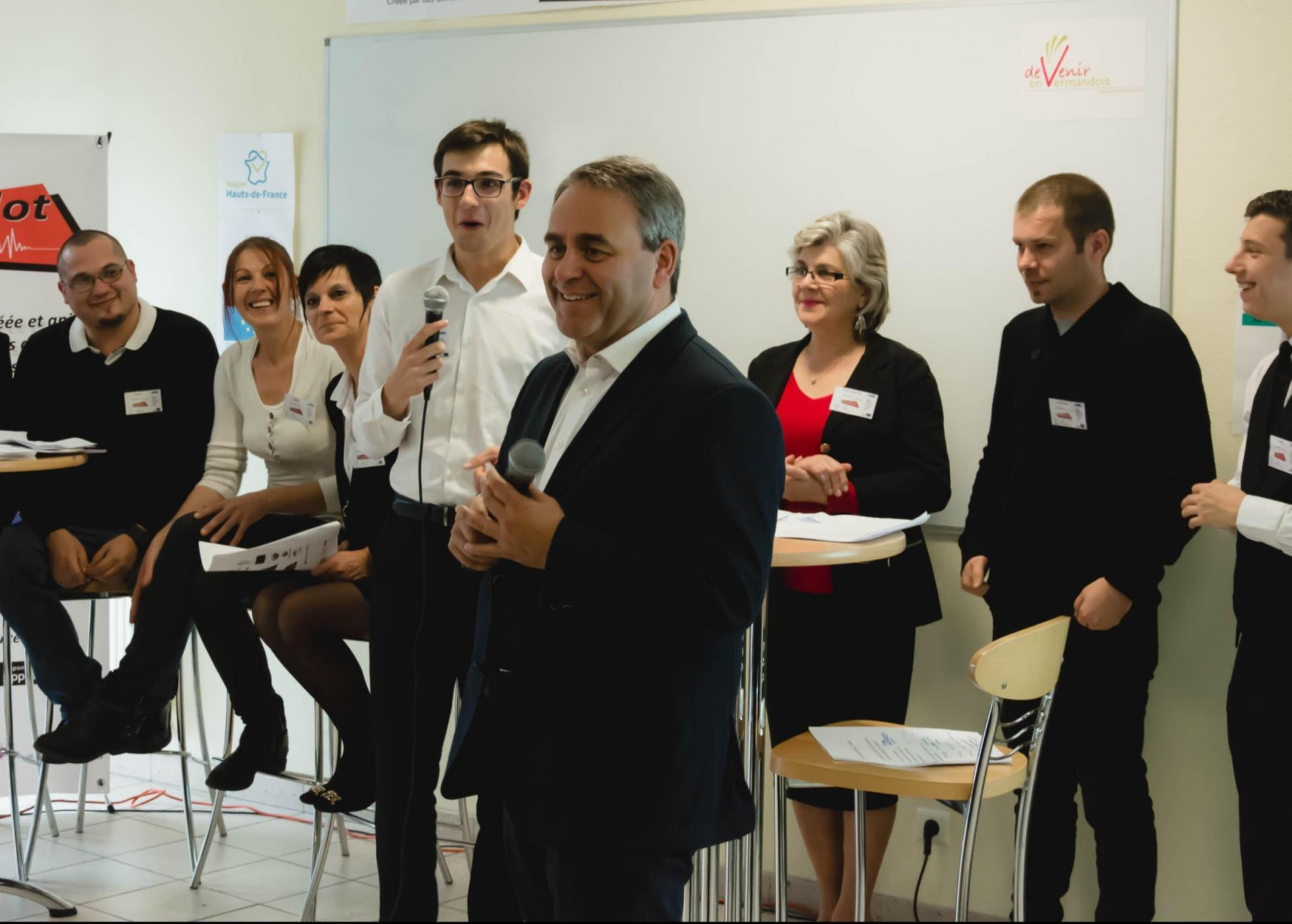 Xavier Bertrand (président des Hauts-de-France) s'entretenant avec des apprenants PAL